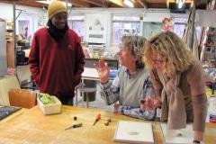 met Abe Mathabe uit Zuid-Afrika op bezoek bij Han van Hagen in Drenthe, collega etsers