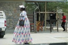 Mooi geklede Damara vrouw, Khorixas, Namibië