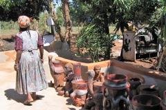 Noria Mabasa, South African artist, at her home annex workshop annex gallery in Limpopo, Zuid-Afrika, iZArte Kunstreizen